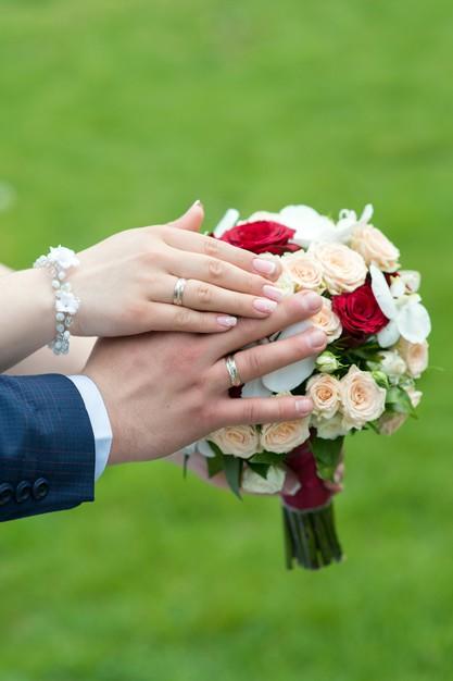 عکس عروس و داماد حلقه به دست