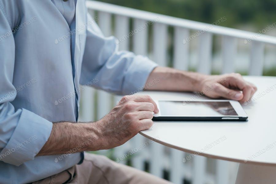 عکس مرد در حال کار با تبلت