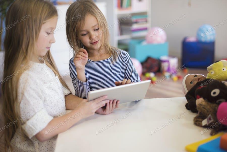 عکس کودکان در حال کار با تبلت