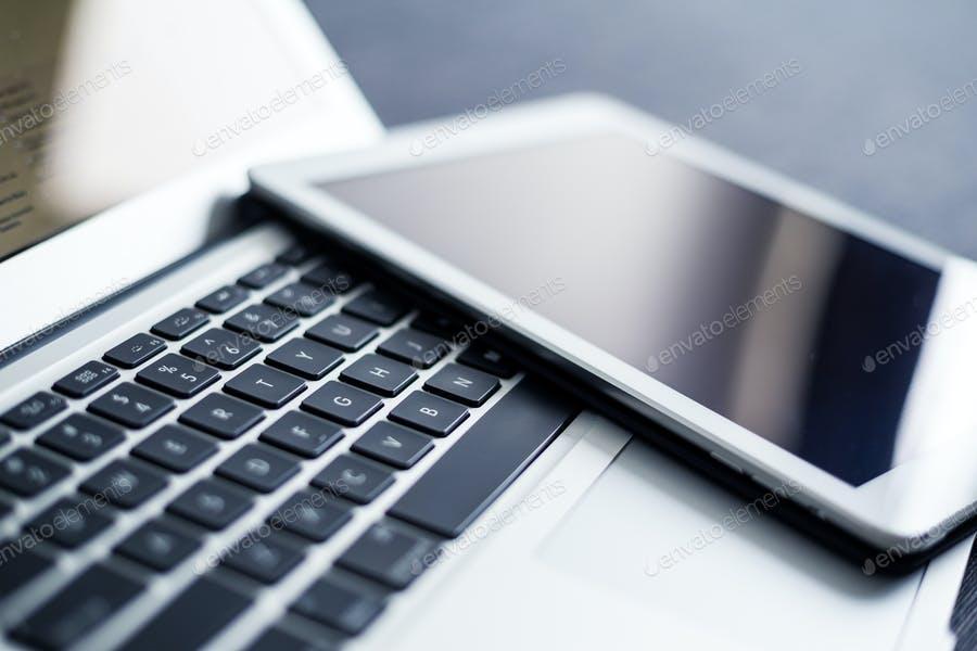 عکس تبلت روی لپ تاپ